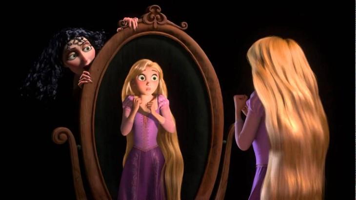 Rapunzel de la película enredados frente a un espejo