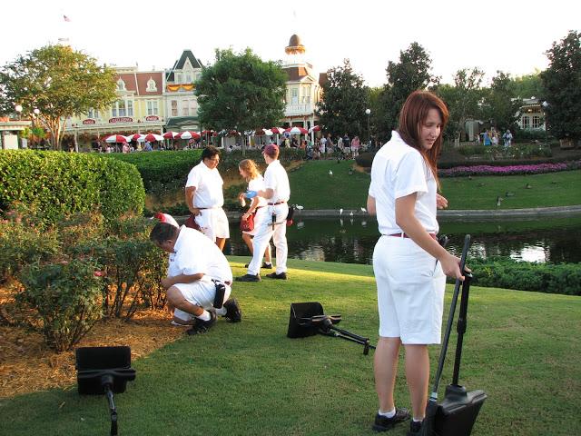 empleados de Disney recogiendo la basura