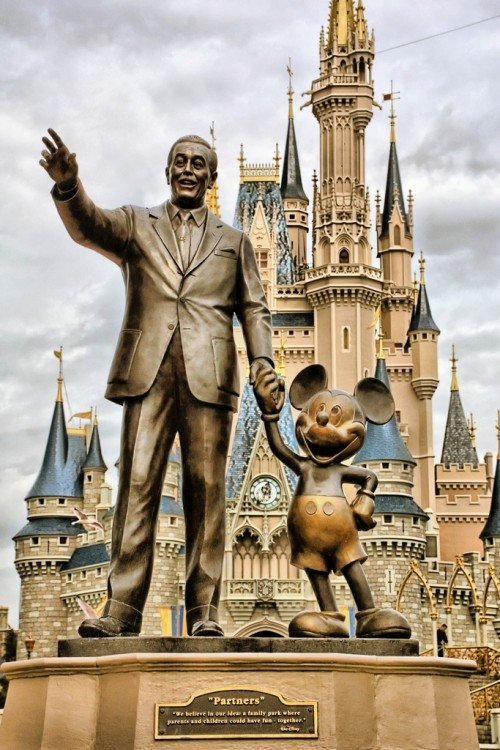 Estatua de mickey mouse y walt disney