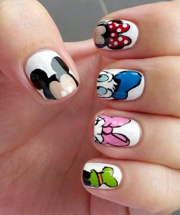 uñas pintadas con las cabezas de algunos personajes de Disney