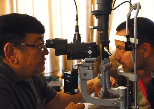 saduk riut observando las cataratas de un paciente