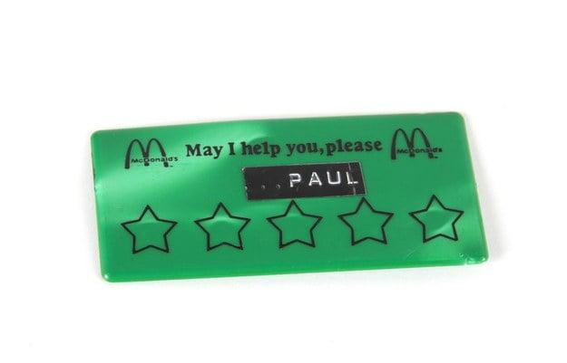 personalizador con estrellas de un empleado de McDonalds