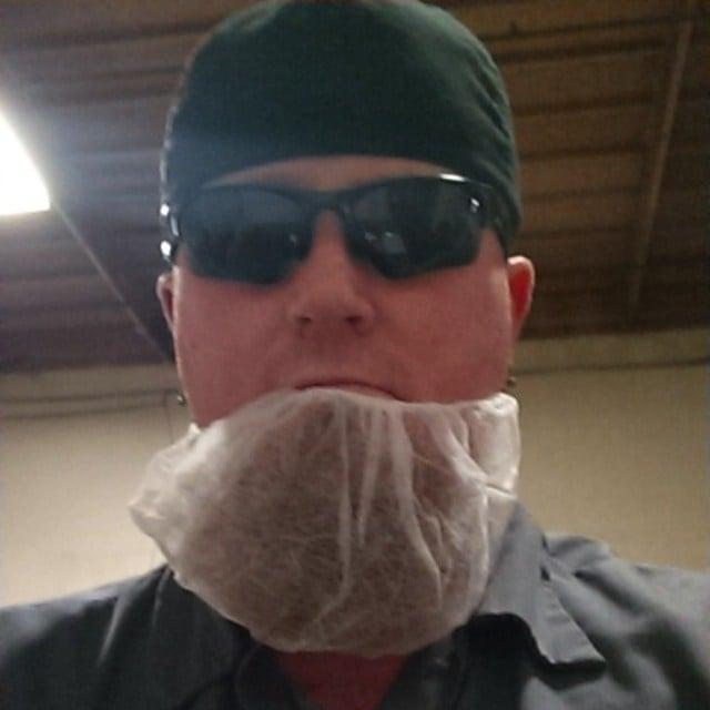 hombre con una malla en su barba