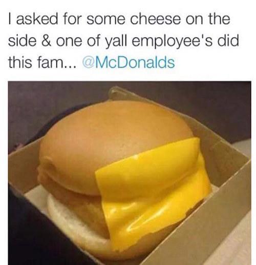 publicación de twitter de una hamburguesa con filete de pollo