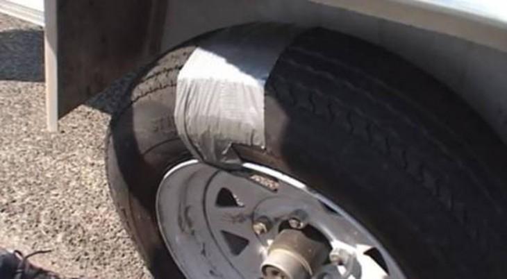 llanta ponchada reparada con duc tape