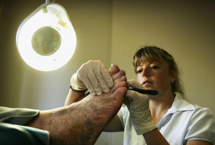 Podóloga revisando el pie de una persona