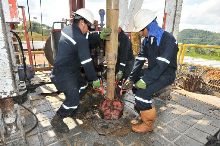 trabajadores de petroleo acomodando una bomba