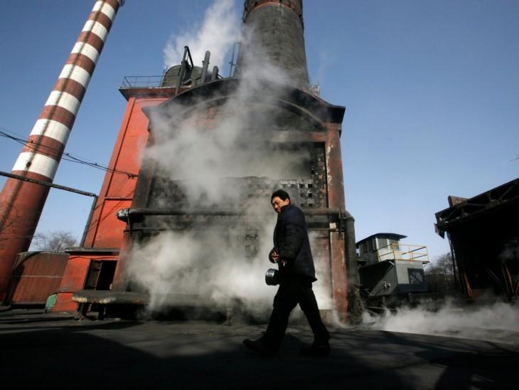 hombre caminando frente a una caldera