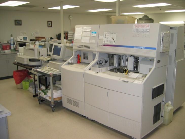equipo médico dentro de un laboratorio