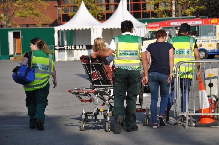 paramedicos llevando a recibir atención médica a un paciente