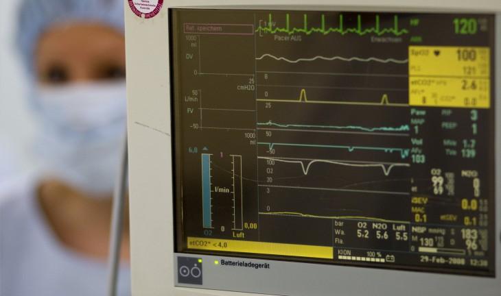 aparato que mide las pulsaciones del corazón con una enfermera de fondo