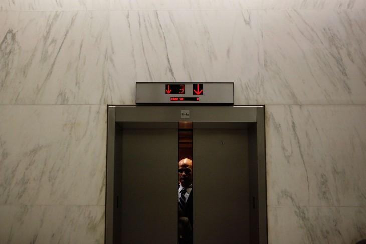 elevador de una oficina con una persona dentro