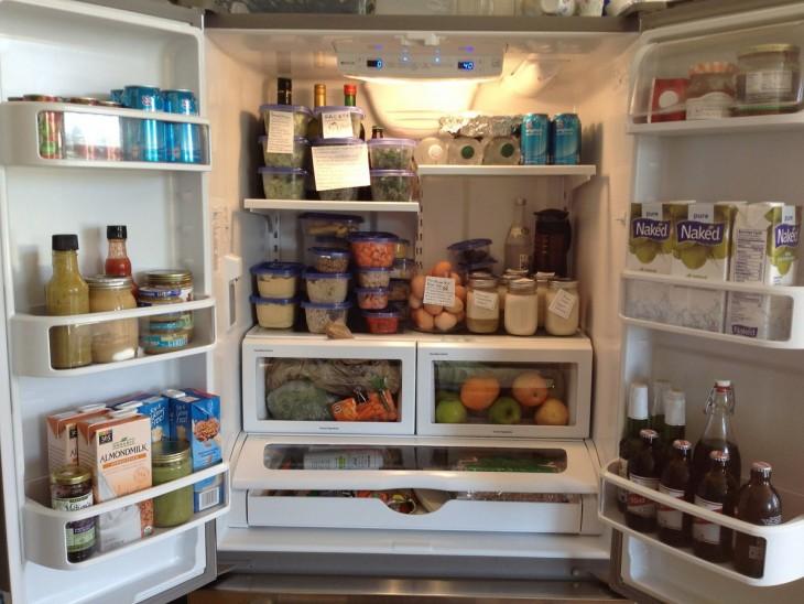 refrigerador abierto mostrando la comida que tiene dentro