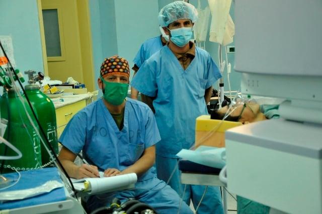 dos anestesiólogos antes de una operación