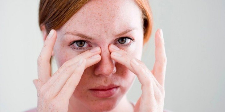 foto de una chica tocando su nariz