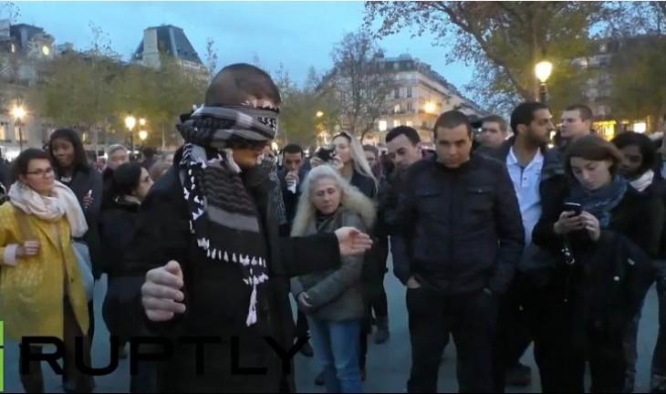 Joven Musulmán pide a los franceses que lo abracen