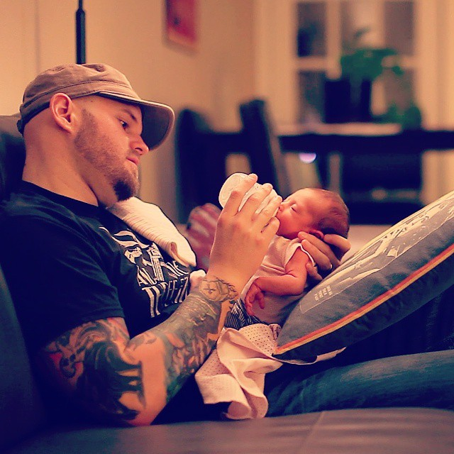 papa dandole leche a su bebe+