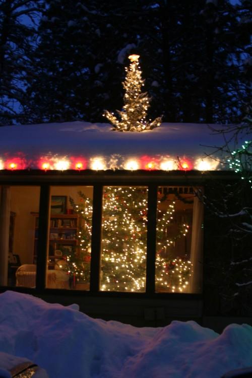 árbol de navidad que sale por el techo