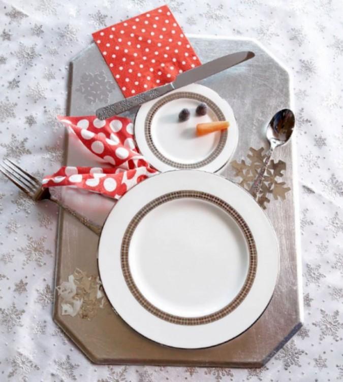 plato para la cena de navidad decorado por unos monos de nieve