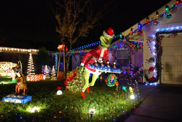 casa decorada con el grinch robándose la navidad