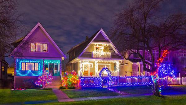 casa con decoración morada y detalles rosas para celebrar la navidad