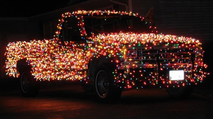 camioneta decorada con cientos de foquitos