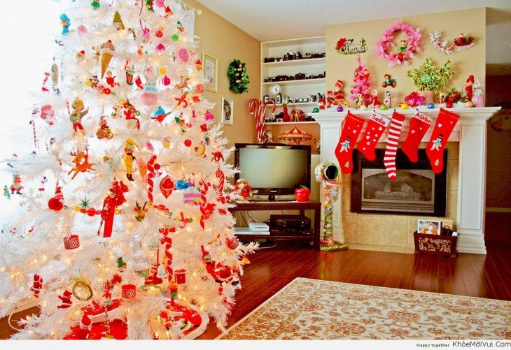 casa con árbol blanco de navidad pero coloridos ornamentos