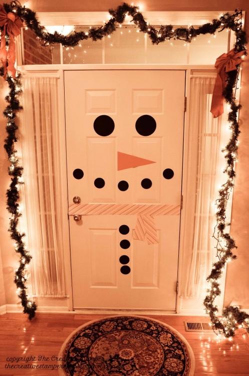 puerta decorada con mono de niveve en calcas