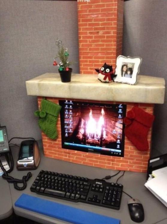 un computadora decorada en forma de chimenea en el escritorio