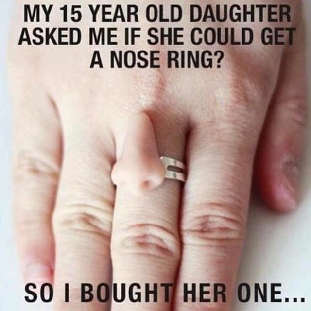 padres le regalan un anillo para la nariz en forma de sarcasmo a los hijos