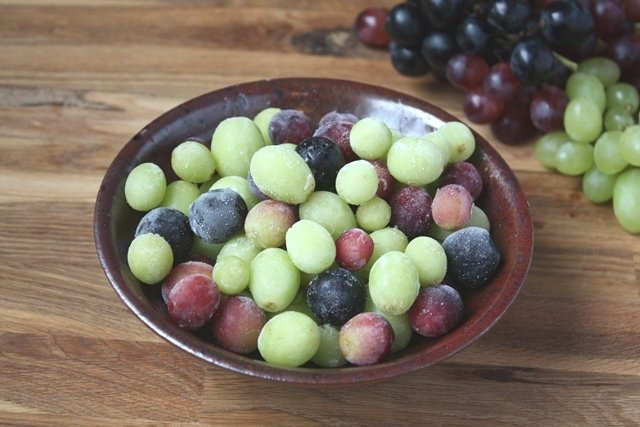 uvas rojas y verdes congeladas como snacks saludables