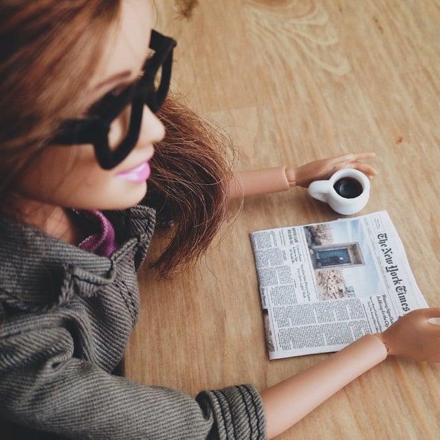 Barbie socialyte leyendo el periodico