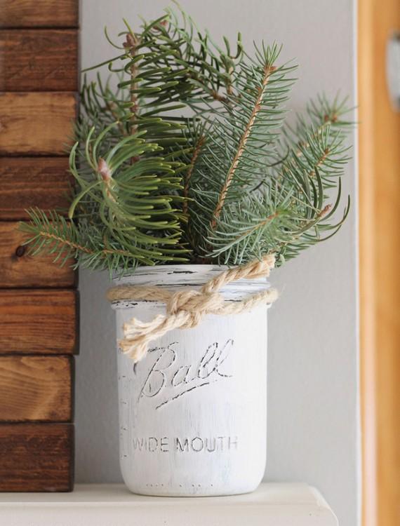frascos pintados de blanco como adornos navideños