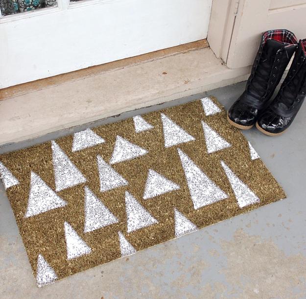 tapete decorativo en forma de pinitos para decorar la entrada