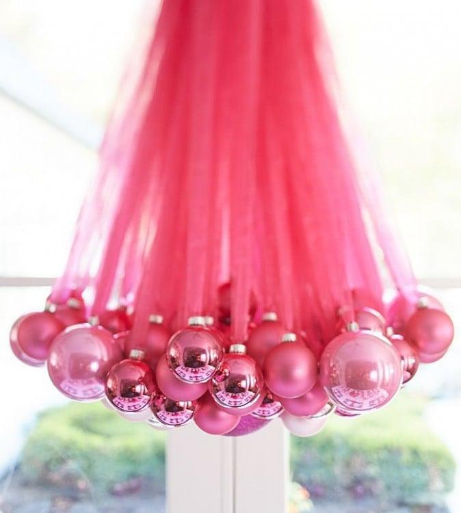 candelabro hecho con esferas, color rosa palo
