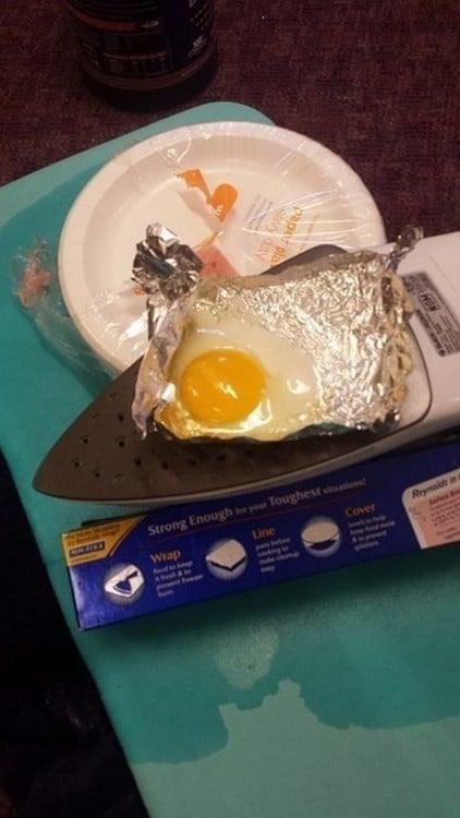 huevo cocinado en una plancha bajo un papel alumnio. Al final si se logró cocinar.