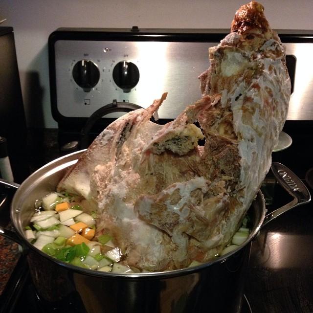 cocinando un pavo en el recipiente y lugar equivocados