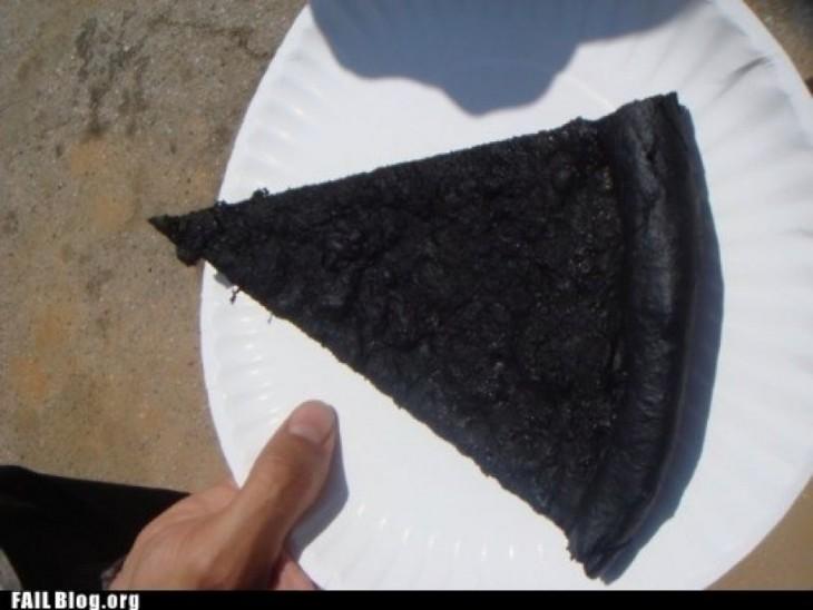 trozo de pizza recalentado en el micro pero le pusieron mucho tiempo