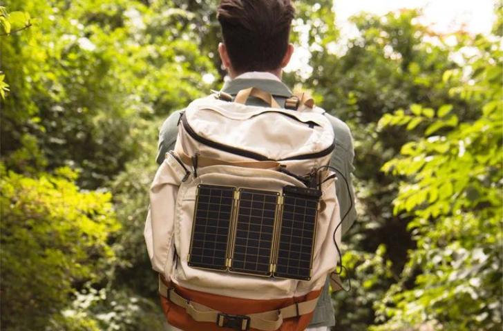 cargador solar para dispositivos moviles ultraligero que se inventó en el 2015