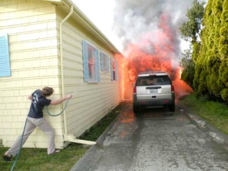 incendio y el muchacho tratando de apagarlo con una manguerita