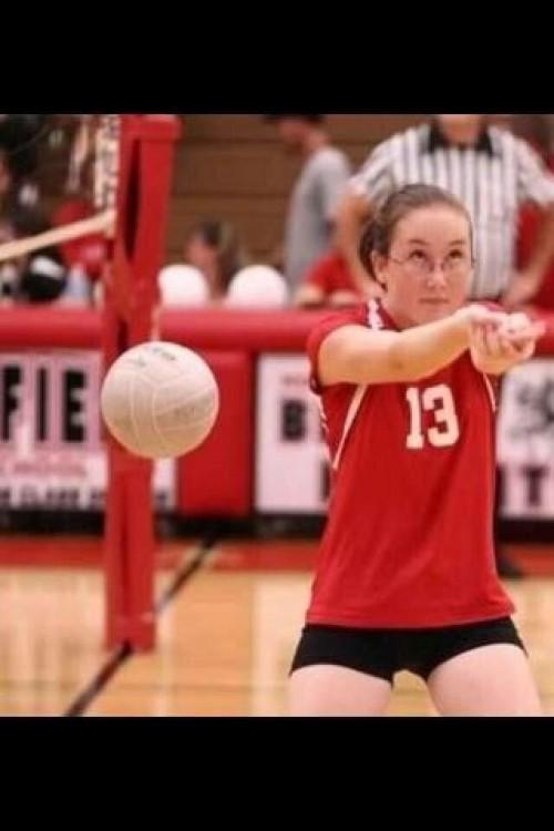 chava de lentes no le atina al balón de voleyball