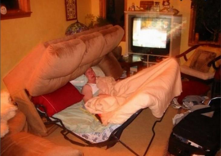 mujer que el sillón de cama lo troleo