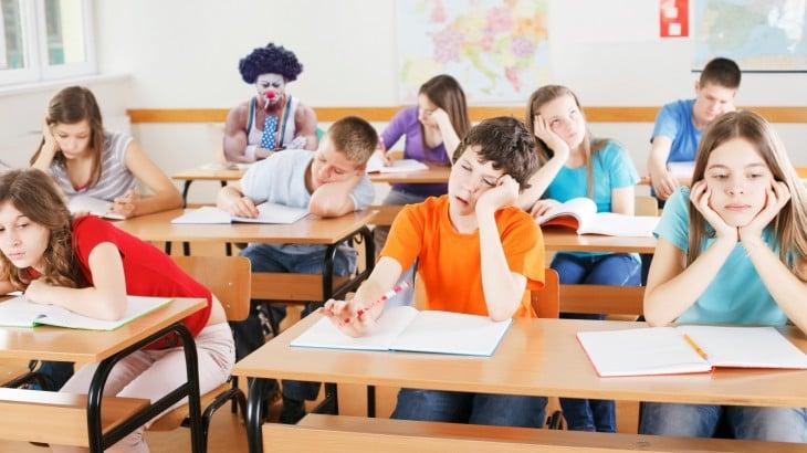 PAYASO ENOJADO PORQUE LA CLASE ESTÁ ABURRIDA Y TODOS SE ESTÁN QUEDANDO DORMIDOS
