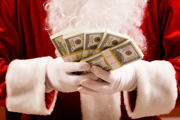 Santa Claus con dinero de presupuesto en la mano