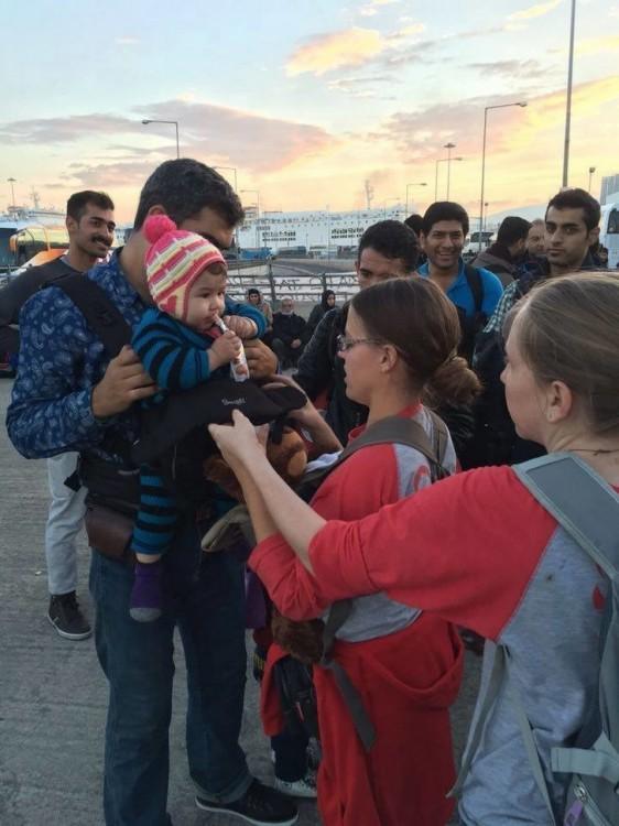 mujer regala portabebes canguro para los migrantes sirios después de la muerte del niño que fue encontrado muerto en la orilla del mar