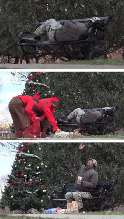 hombres le regalan comida a un desamparado