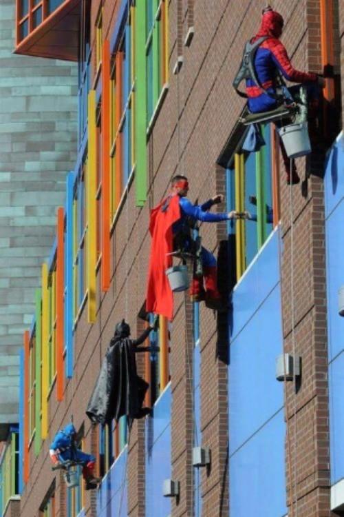 limpian ventanas vestidos de superheroes en un hospital de memphis