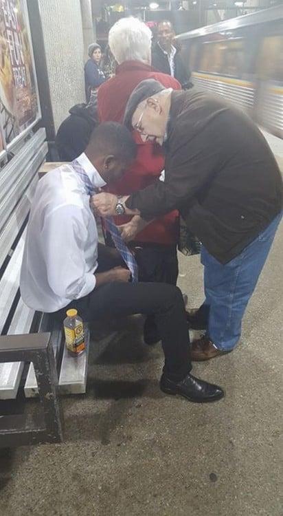 hombre anciano le ayuda a joven ha realizarle un nudo de corbata