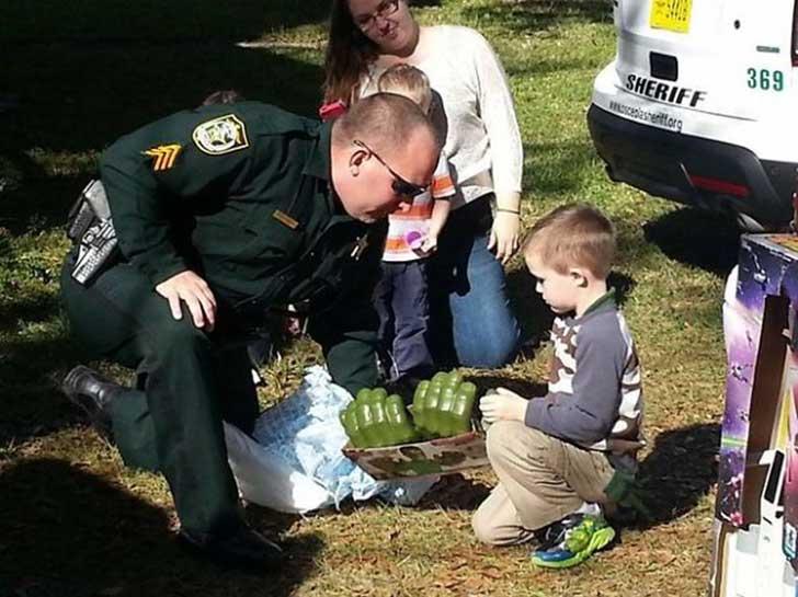 policía le hizo la mejor fiesta de cupleaños a un niño autista