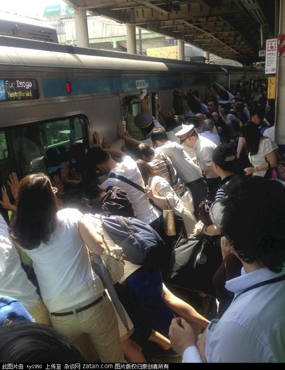 gente levantando un tren